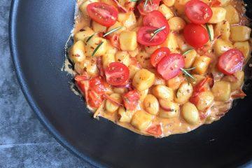Nem gnocci ret med tomat og fløde